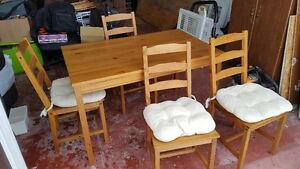 Ikea pine table and 4 chairs / Table et 4 chaises en pin