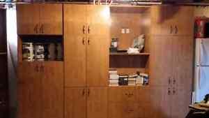 Armoires de cuisine avec 4 grosse sections murare et une de coin