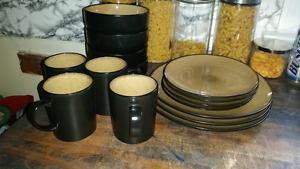 Black and tan plate set