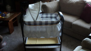 TOO CUTE BASSINET ! WITH MUSIC AND VIBRATES !