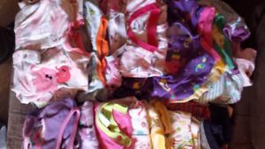 Vêtements pour filles 18 mois à 2ans très propres.Vente en lot.