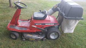Tracteur Honda 3009 avec kit pour ramasser le gazon et feuilles