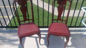 Deux chaises antiques en vrai bois et cuir