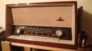 Original vintage working radio.