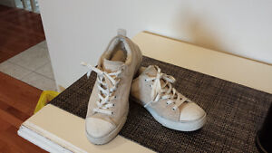*** Womens Genuine Uggs Runner -  Size 8 - Offers??? ***