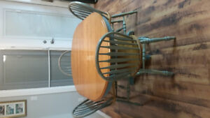 Kitchen/dining table with 4 chairs euc