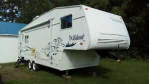 Caravane à sellette (roulotte fifth-wheel) Wild Cat 2003 de 27'.