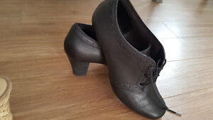 CLARKS BENDABLES SIZE 10M BOOTIES