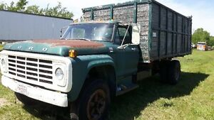 1976 Ford F-600 grain truck silage box and hoist