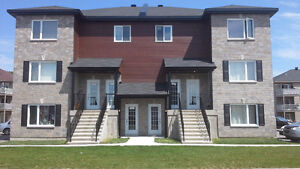 St-Lin 4 1/2 Grand appartement style condo dans Triplex