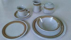 Ensemble de vaisselle vintage / Dinnerware dishes