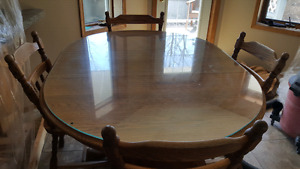Round Oak kitchen table with leaf insert and 4 chairs.