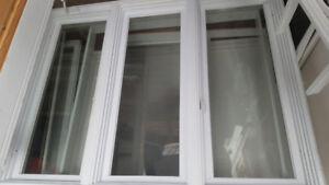 Fenêtre triple en bon état et propre .
