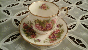 FINE BONE CHINA TEACUP - FRUITS - QUEEN'S, ENGLAND