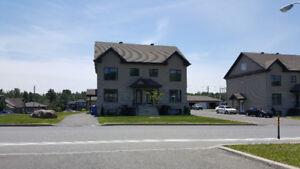 Cowansville Grand 51/2 sur 2 étages avec possibilité d'un garage