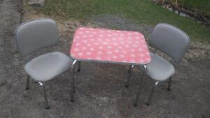 Ensmble pour enfant table et chaisee retro