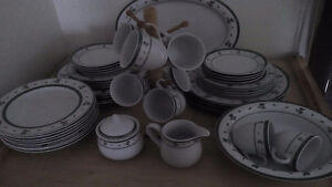 Christmas 45 pc dinnerware set – 8 place settings