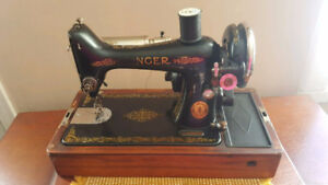 Gorgeous Vintage SINGER Sewing Machine from 1922