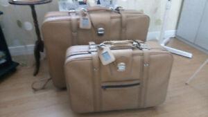 Valise vintage beige avec roulettes.
