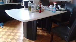 Table Blanche bermex.  White Bermex table has scratches on top.
