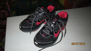 BLACK AND RED NIKE SIZE 6 AND HALF London Ontario image 1