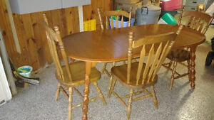 4 chairs and kitchen table (with leaves) London Ontario image 1