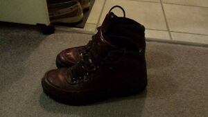 Warm women's Dunham brown leather boots (size 9)