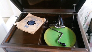 Gramophone Victor Victrola  VV-210 - Mint Condition