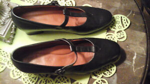 WOMENS FOOTTHRILLS SIZE 9 SHOES -BLACK