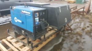 Short box welding skid and welding machine