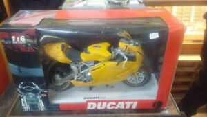 Ducati 999 Testastretta 1:6 Die-Cast Motorcycle Model