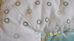 bel ensemble de douillette pour lit de bébé (basinette)