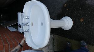 Pedistal sink and matching toilet - Excellent used condition Cambridge Kitchener Area image 3