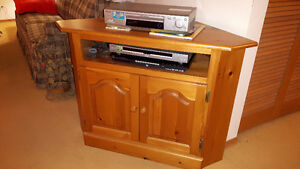 NICE True SOLID PINE CORNER TABLE, CORNER TV STAND, MEDIA TABLE
