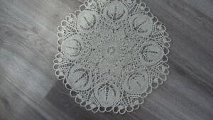 Centre de table, en fil de coton, tricoté à la main, neuf.