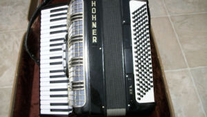 Hohner 22L Accordian with Case