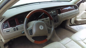 DOIT VENDRE--lincoln town car--HAS TO GO