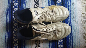 YOUTH SOCCER CLEATS - SOCCER BOOTS NIKE SIZE US 8