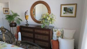 Commode en bois et osier avec miroir biseauté