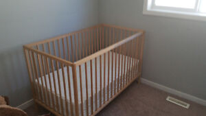 Sniglair Baby Crib with mattress. Extemely good condition