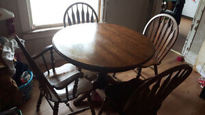 Dinning Room Table W/4 chairs & 1 leaf