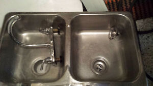 évier et robinet de cuisine