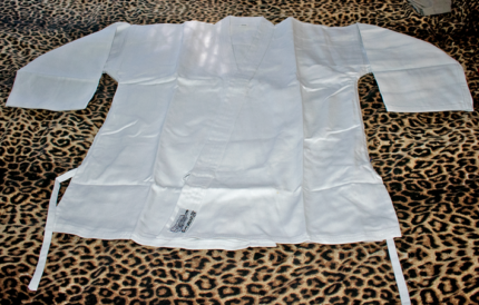 AS NEW! GI / KARATE / TAE KWON DO / MARTIAL ARTS - Size: 4/170