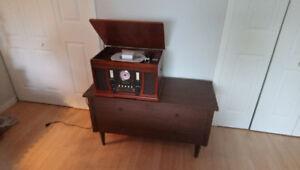 Table tournante, radio et graveur à CD, presque neuf