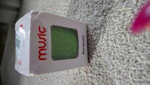 NEW GREEN MINI BLUETOOTH SPEAKER IN BOX W USB CHARGER