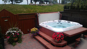 BEAUTIFUL HOT TUB WITH LUNCH BAR AND TWO CHAIRS