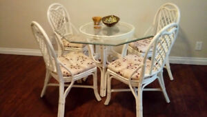 Table with 4 chairs, beautiful set like new, reduced price