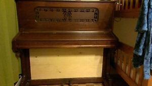 Petit Piano droit antique 514-566-6196