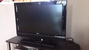 """Excellent 32"""" LG TV"""