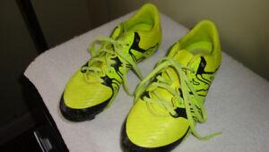 Paire de souliers Adidas (soccer + 2 paires pads soccer